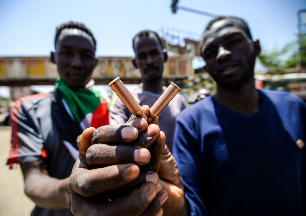 Sudan'da aylar süren protestolar sonrası 11 Nisan 2019'da ordu yönetime el koymuş, 30 yıllık iktidarı sonrası Devlet Başkanı El Beşir görevden alınarak tutuklanmıştı.