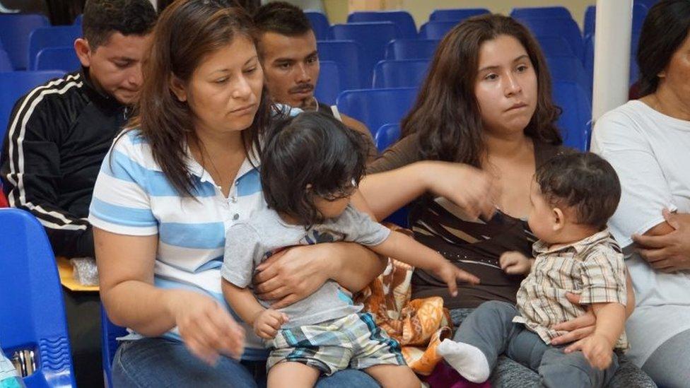 Madres y niños esperan ser asistidos por voluntarios en un centro humanitario en la ciudad fronteriza de McAllen, Texas, el 14 de junio de 2018.