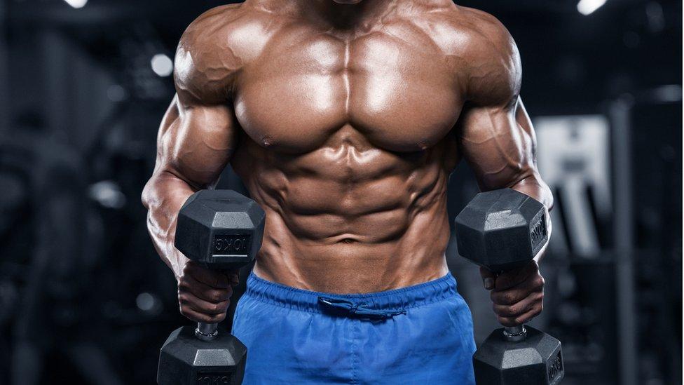 Hombre con pesas