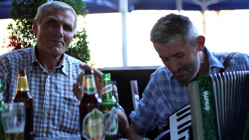 gost i harmonikaš u kafani u Novom Pazaru