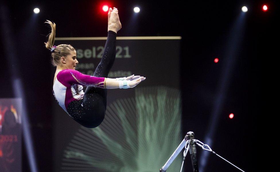 Elisabeth Seitz, de Alemania,se presenta en las barras asimétricas en el Campeonato Europeo de Gimnasia Artística 2021 en Basilea, Suiza.