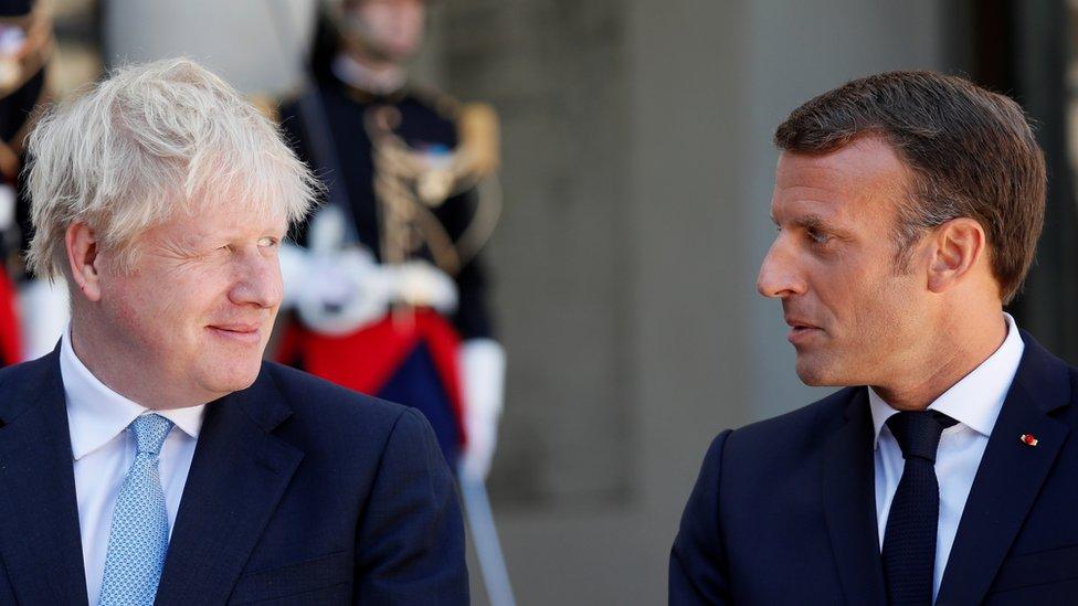 الرئيس الفرنسي ماكرون ألمح إلى أن فرنسا قد لا توافق على التمديد