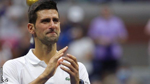 اغرورقت عينا ديوكوفيتش بالدموع وهو يسمع هتاف الجمهور في نهاية المباراة