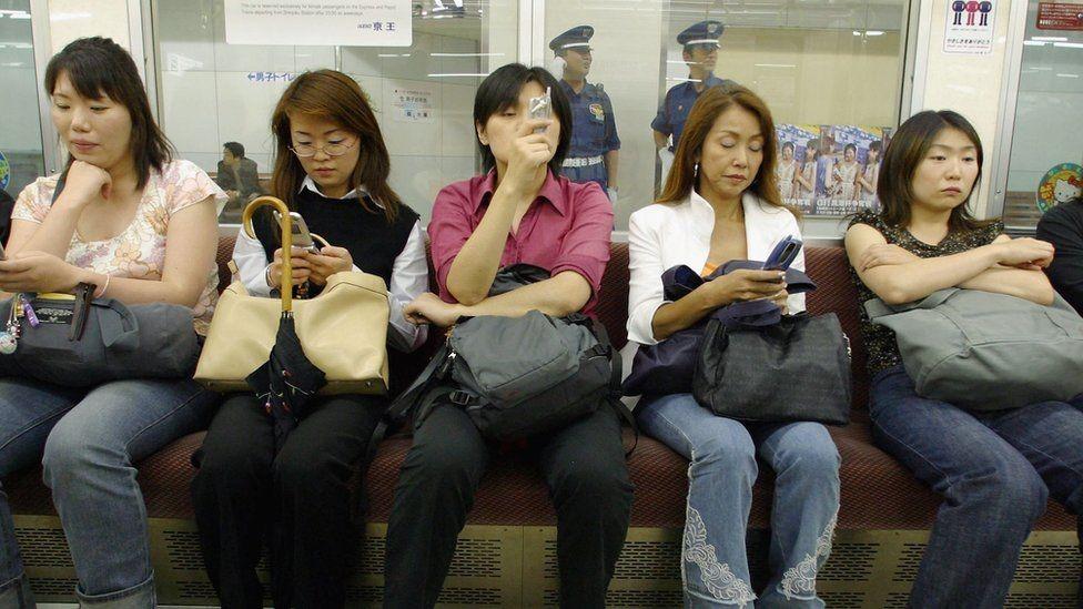 في القطارات في اليابان عربات مخصصة للنساء فقط