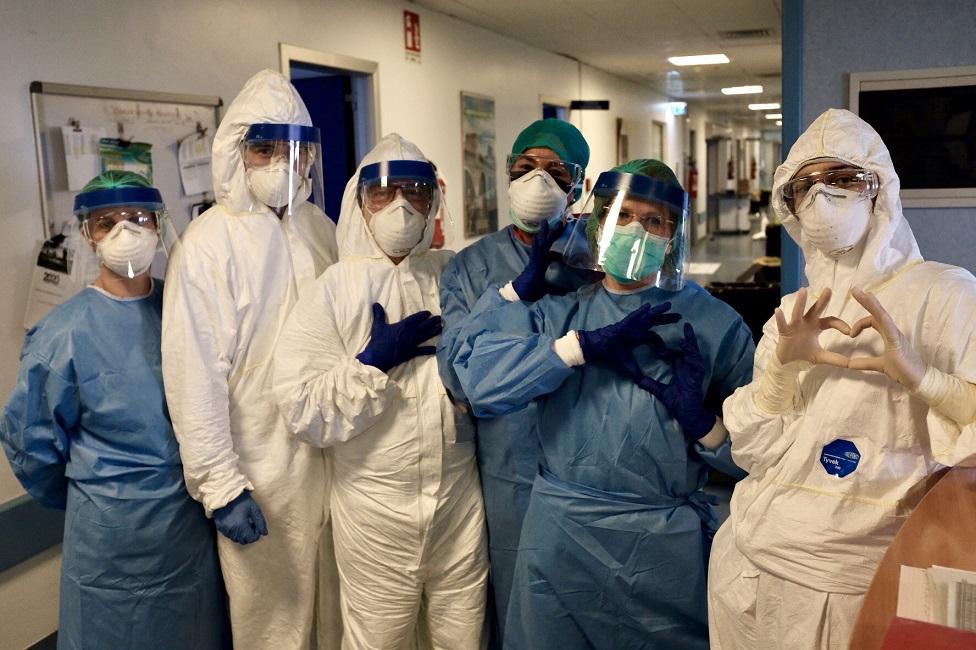 Foto grupal de miembros del hospital.