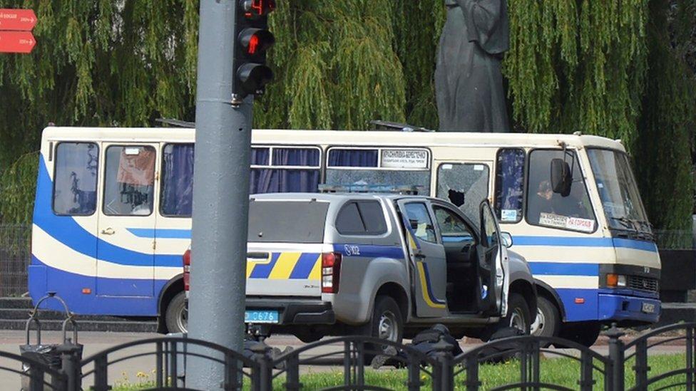 حاصرت قوات مكافحة الإرهاب الحافلة