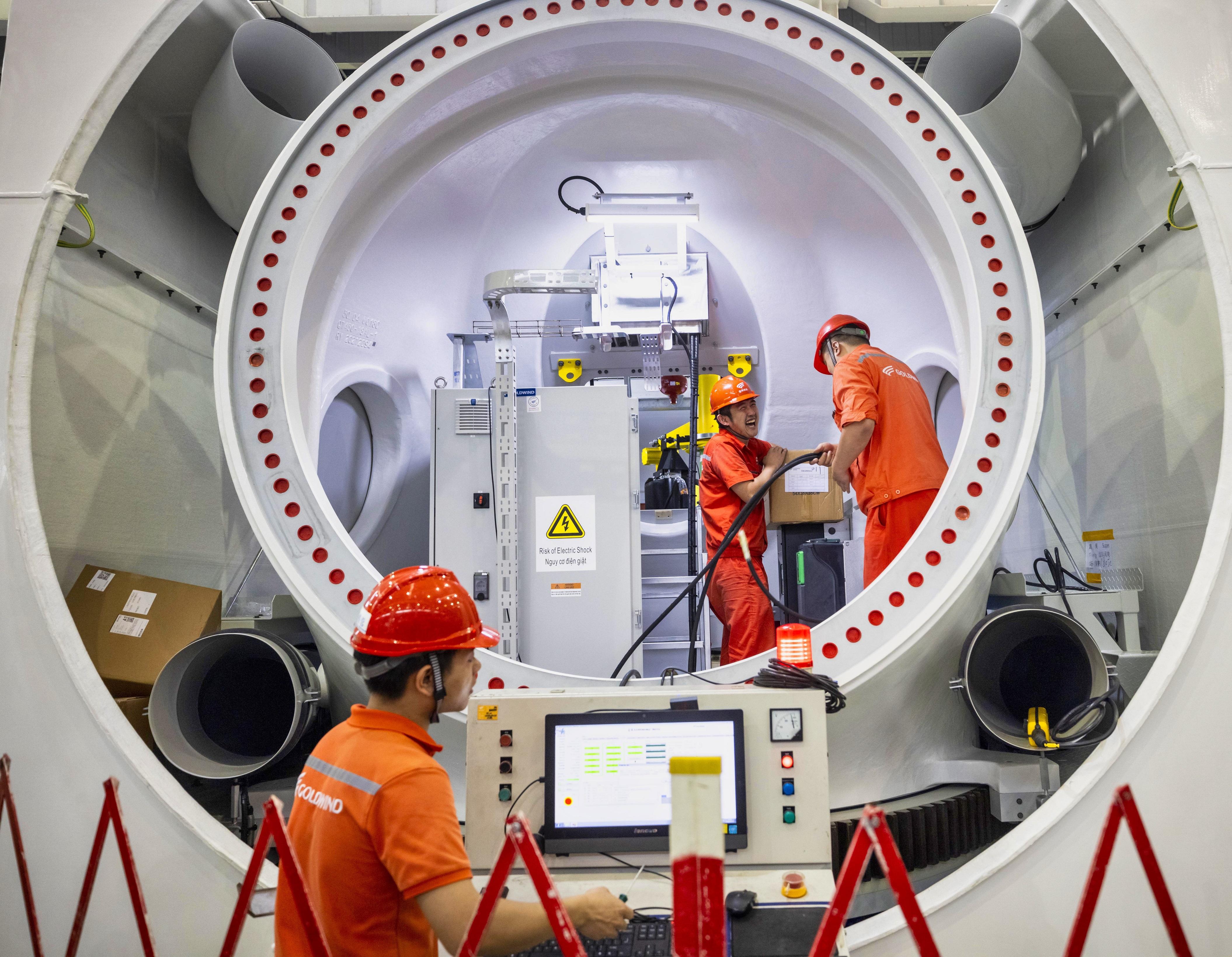 2020年10月工人在江蘇省一家風能發電機製造廠工作。