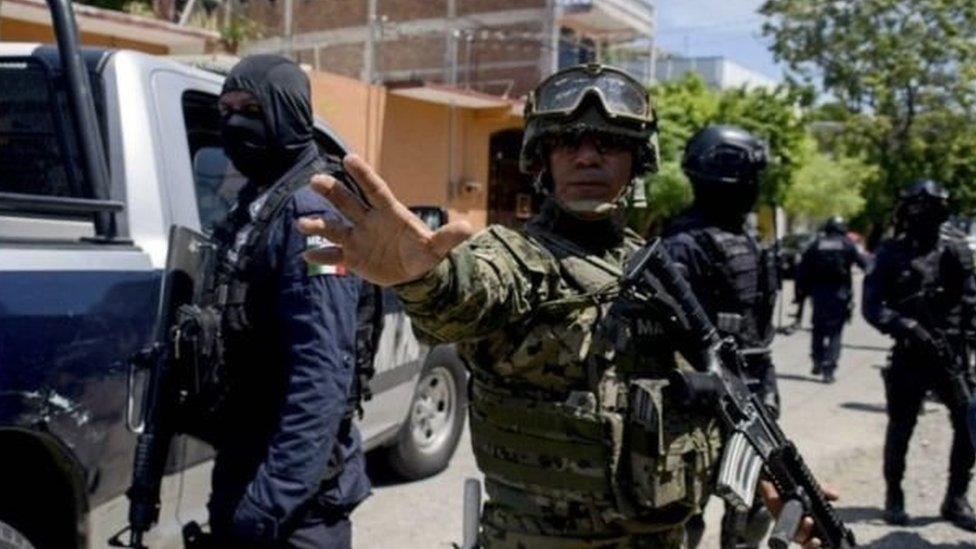ضابط الشرطة الفيدرالية والمارينز نصبوا طوقا حول المقر الرئيسي للشرطة المحلية