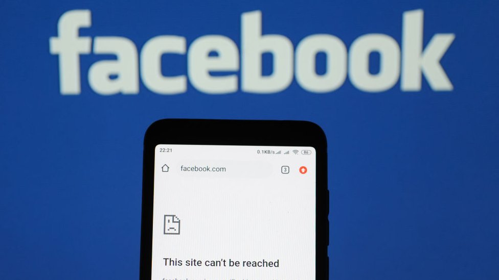 Facebook notice saying 'This site can't be reached' on a phone's browser