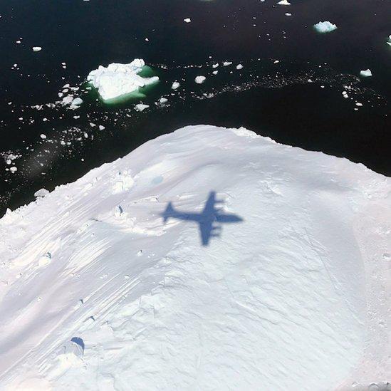 Avión P-3 sobrevolando el sureste de Groenlandia.