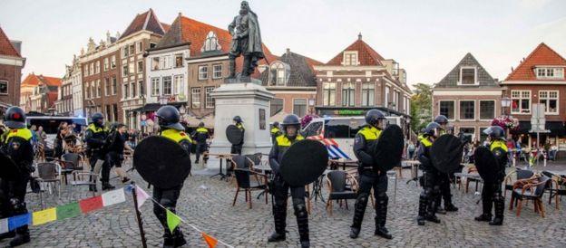 أصبح يان بيترسزون كوين، مؤسس باتافيا، عاصمة جزر الهند الشرقية الهولندية، نقطة اشتعال للمتظاهرين.