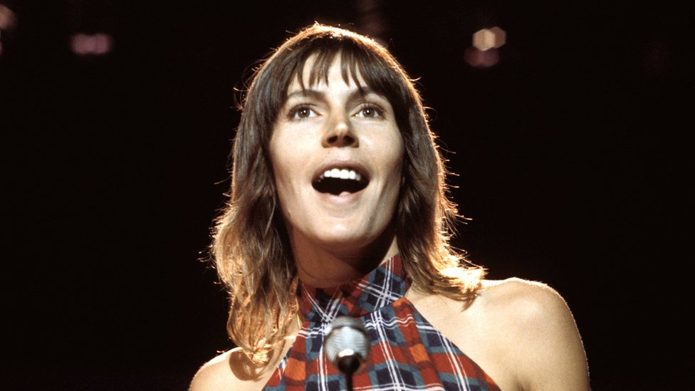 Helen Reddy: Australian singer of feminist anthem I Am Woman dies - BBC News