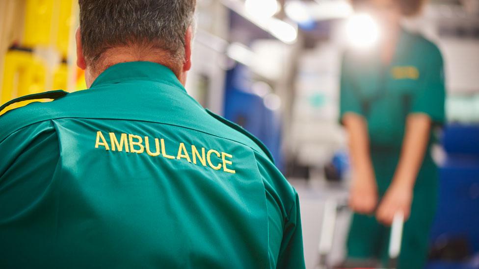 Médicos de emergencia en ambulancia.
