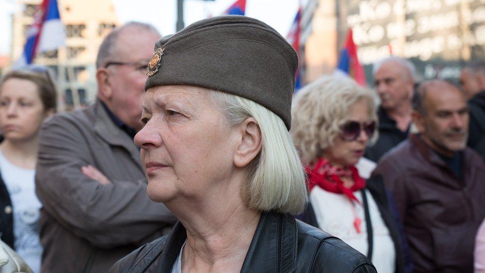 Žena na protestu sa šajkačom na glavi