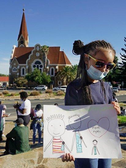 Niña en Namibia participando en una manifestación.