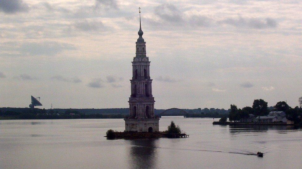 El campanario de la iglesia de la Natividad de Kalyazin