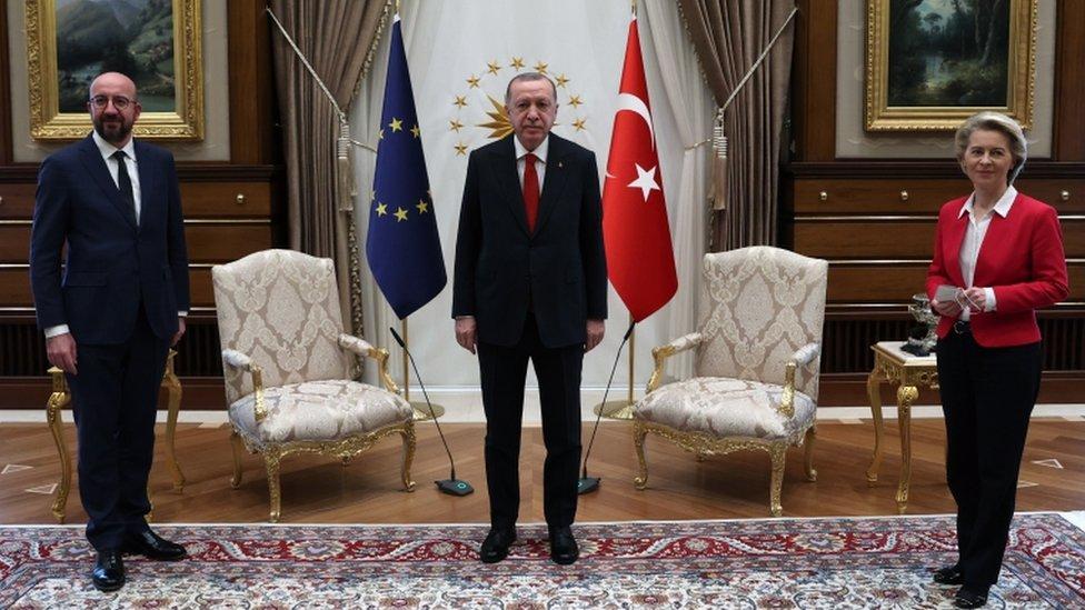 أورسولا فون دير لاين (يمين) وأردوغان (وسط) وشارل ميشيل (يسار)