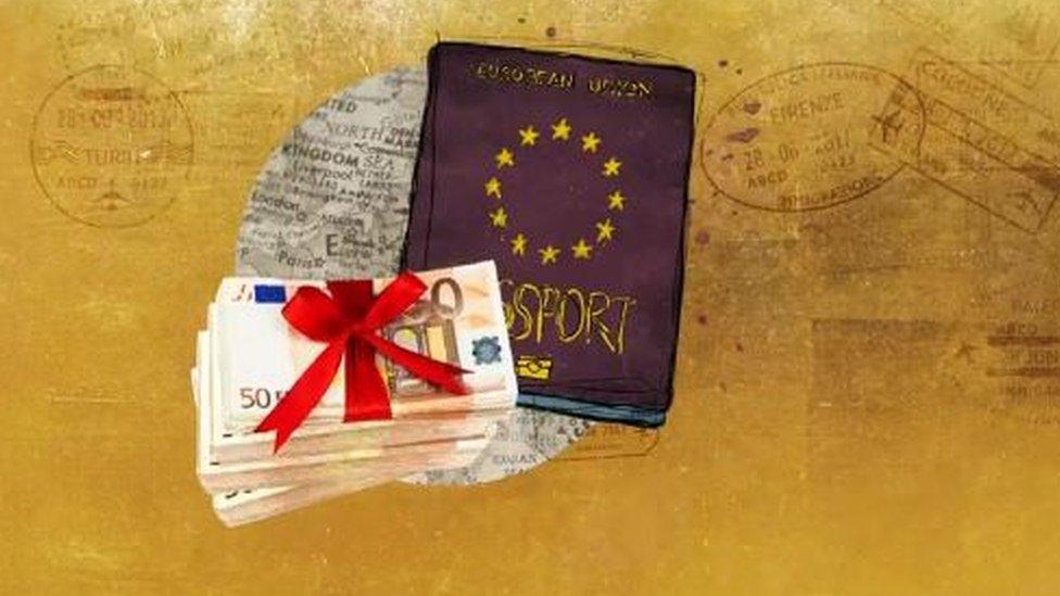 جواز سفر ونقود
