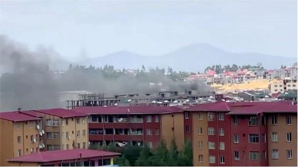 الدخان يتصاعد في سماء أديس أبابا عقب احتجاجات الثلاثاء