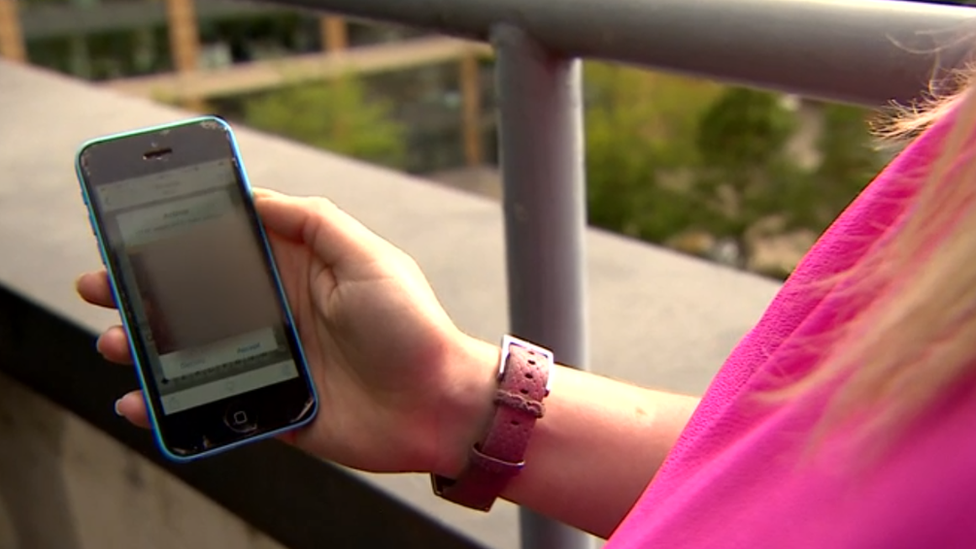 Lorraine Crighton-Smith mostrando su celular