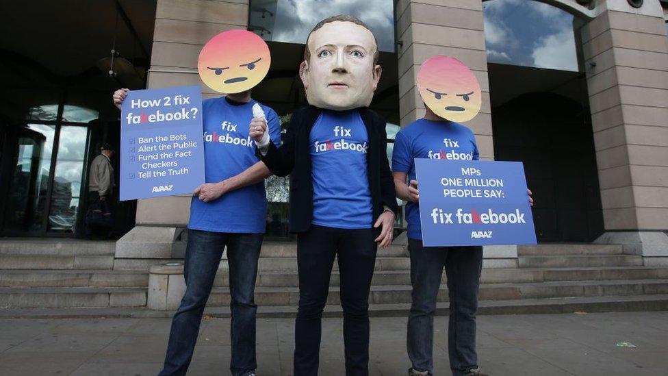 Protesta contra las fallas de seguridad de Facebook.