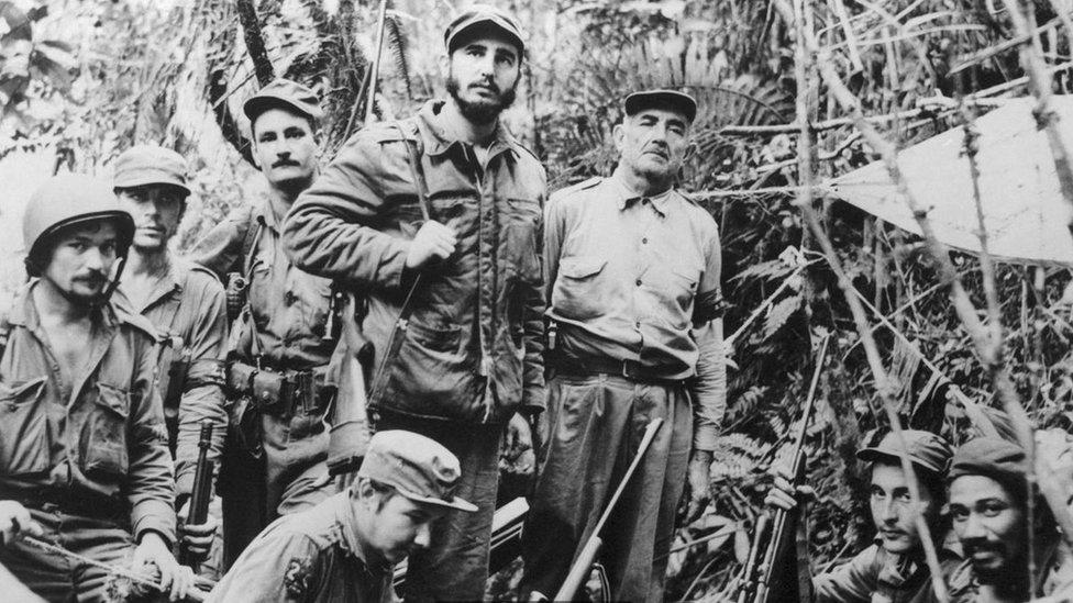 Fidel Castro y un grupo de guerrilleros