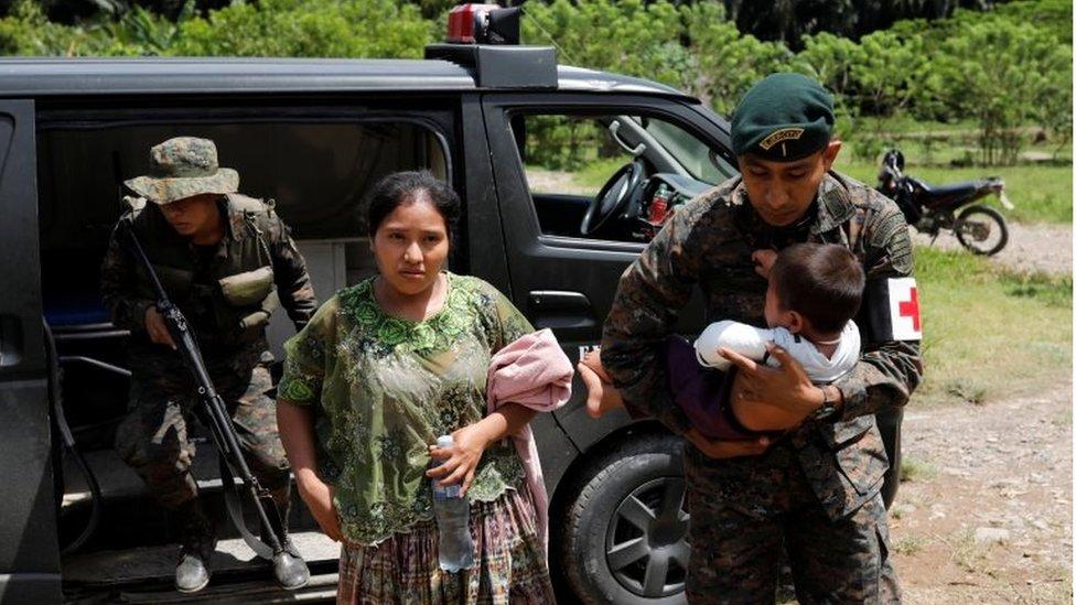 Mujer de El Estor acompañada de soldados