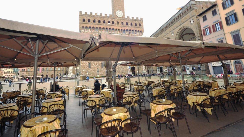 مطعم خال من الرواد في ايطاليا