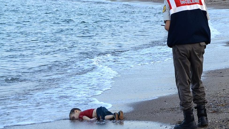 Ailesiyle birlikte Ege Denizi'ni aşmaya çalışan üç yaşındaki Aylan Kurdi'nin cansız bedeni Bodrum kıyısına vurdu