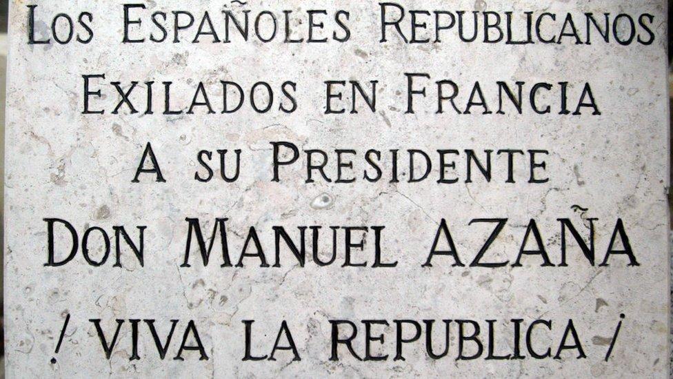La leyenda en la placa de la tumba de Azaña.