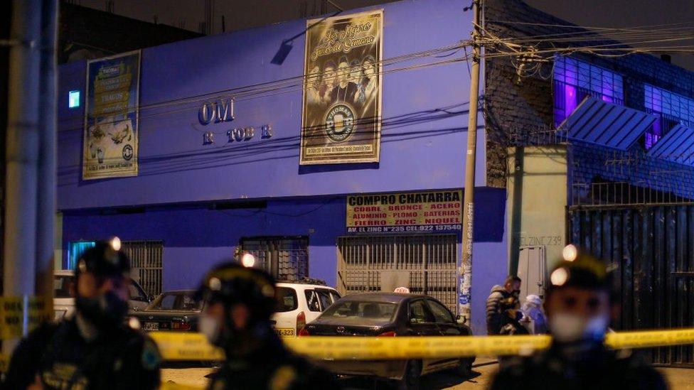 Policías frente a Thomas Restobar.