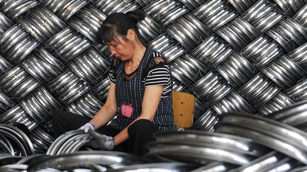 Mujer trabajando en una fábrica china