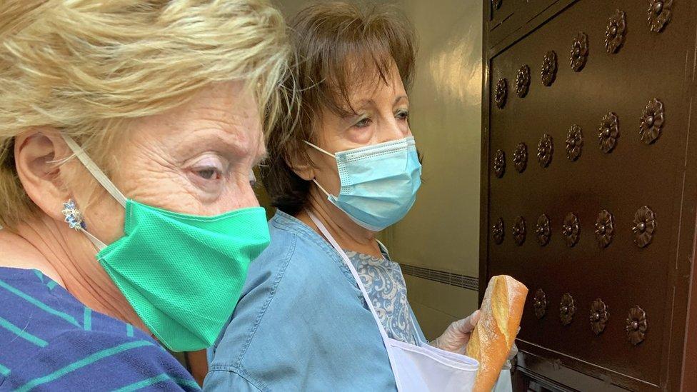 Petri y otra mujer voluntaria en el comedor social Ave María, en Madrid