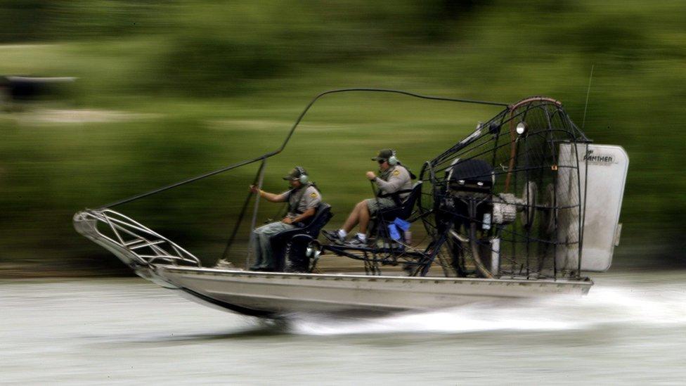 La estadounidense Oficina de Aduanas y Protección Fronteriza cuenta con agentes que patrullan el río Bravo constantemente.