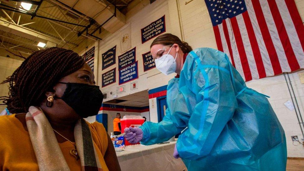 Una mujer negra recibe la vacuna contra la covid-19 en Estados Unidos.