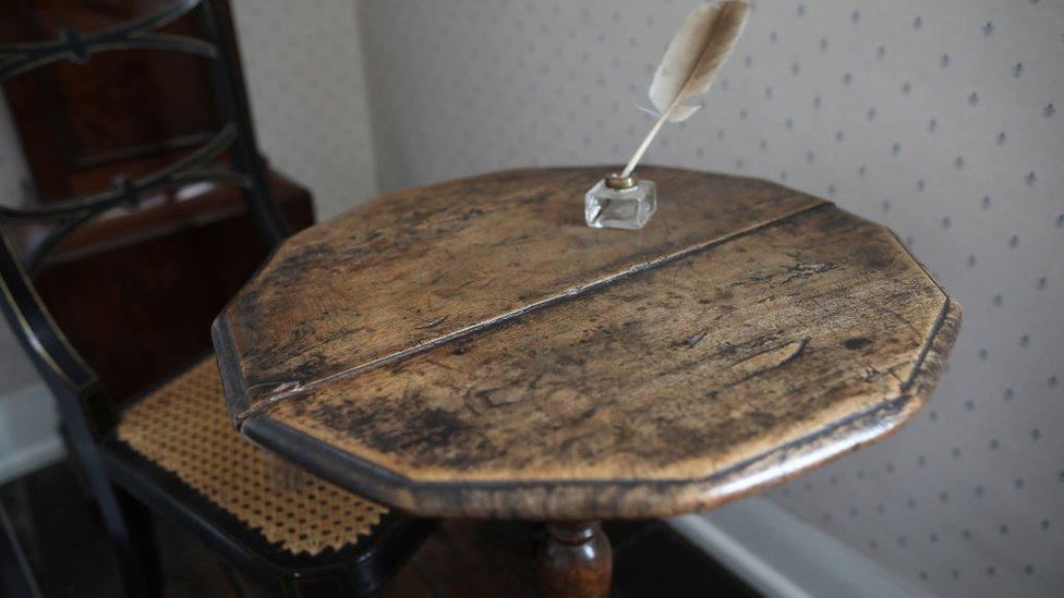 La mesa de escritura de la célebre autora británica Jane Austen se exhibe en su antigua casa en Chawton, Inglaterra.