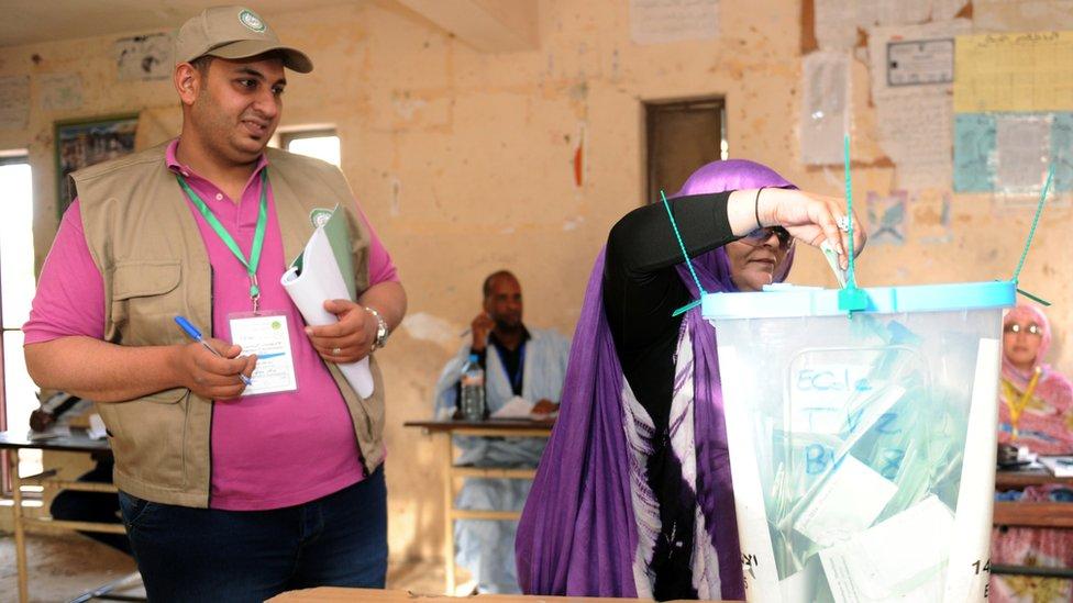 امرأة تدلي بصوتها في الانتخابات