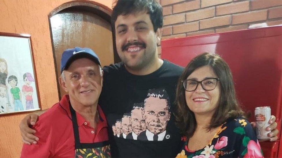 Paulo, Igor e Vera: família estava feliz durante festa de aniversário dela no ano passado