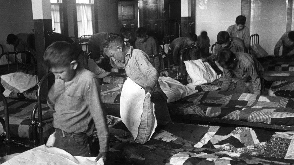 Niños en un internado para menores indígenas de Canadá en 1950.
