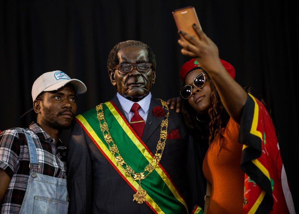 حداد في جنوب إفريقيا على رحيل موغابي.