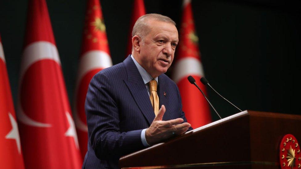 Erdoğan, yüksek faizin enflasyonun yükselmesine neden olduğu görüşünü savunuyor.