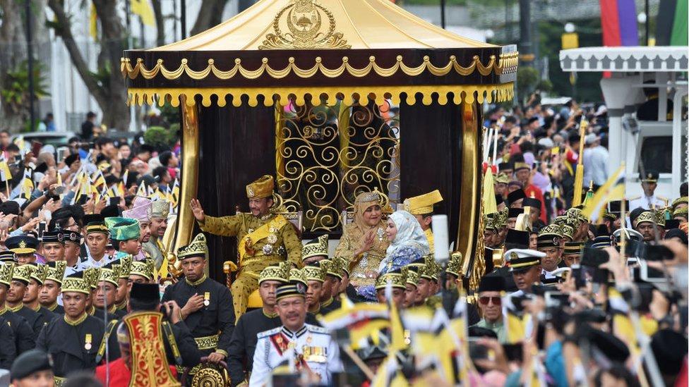 NO USAR, BBC En 2017, al celebrar los 50 años de su ascenso al trono, el sultán fue trasladado en una carroza tirada por 50 cortesanos.