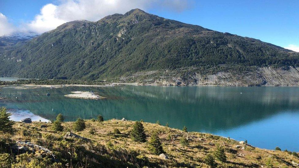 Situada en el estrecho de Magallanes, la bahía de Ainsworth está marcada por un gran fiordo y rodeada por un bosque subpolar.