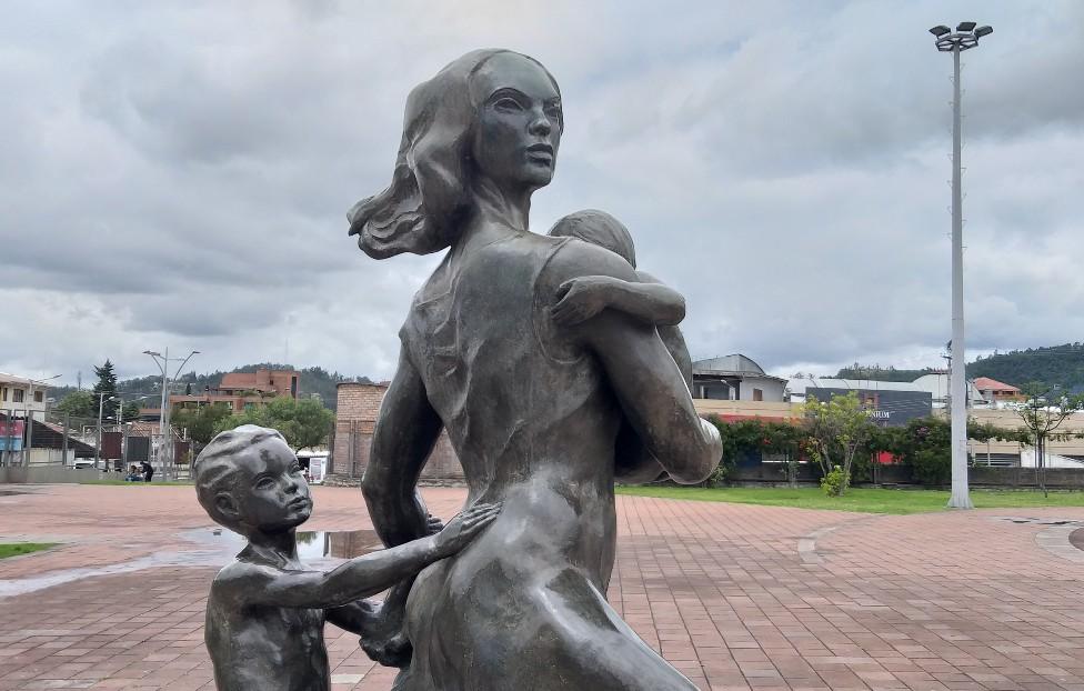 Una estatua de una mujer con sus hijos
