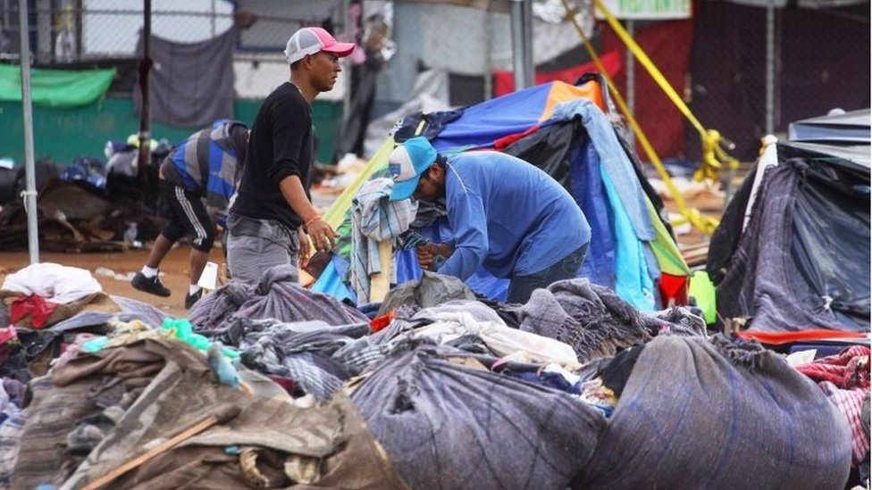 Las inundaciones obligaron a los migrantes a recoger sus pertenencias para mudarse a un nuevo refugio. Esta foto es del 1 de diciembre.