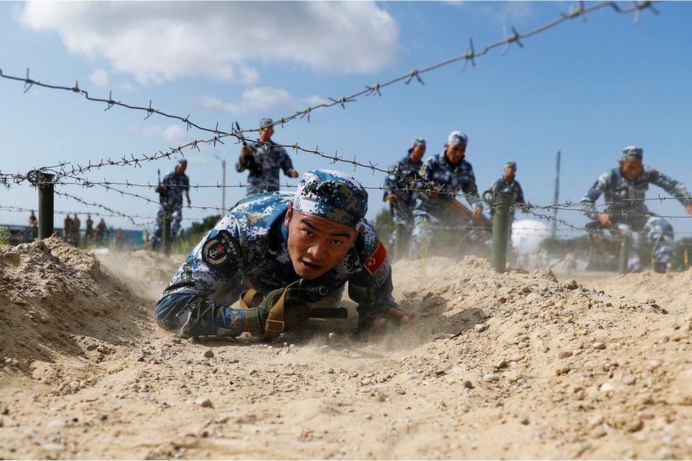 中國陸戰隊匍匐通過鐵絲網。