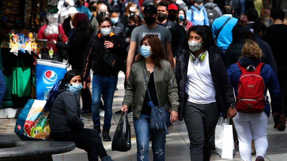 Gente caminando en una calle de Santiago