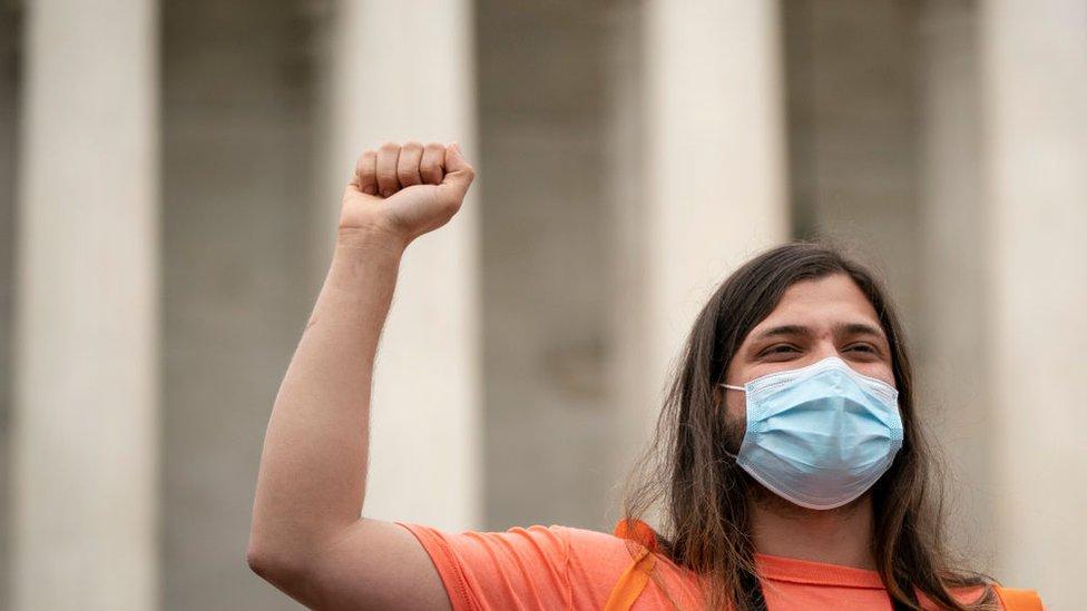 Un joven activista celebra el fallo de la Corte Suprema.