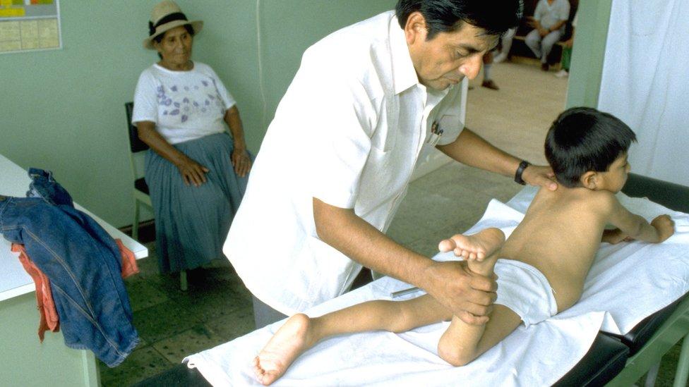 El Dr. Roger Zapata examina en una camilla a Luis Fermín Tenorio Cortez en 1991