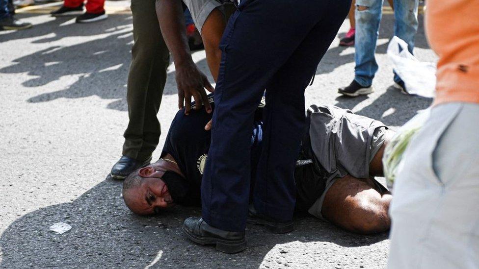Un manifestante siendo arrestado en La Habana